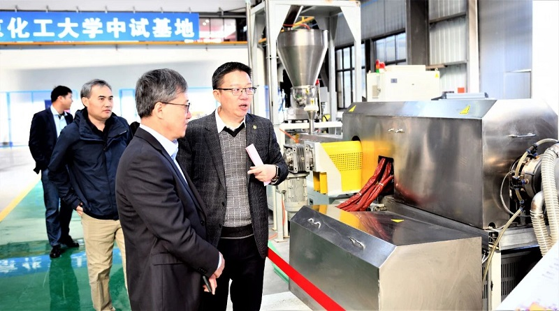 Guests visit and discuss in the new factory of Chuangbo. 2